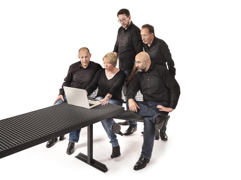 Mitarbeiter am Rechner staunend